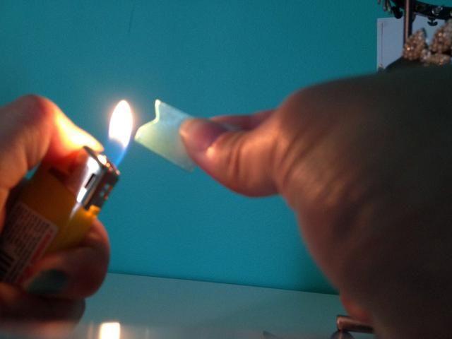 Quemar los bordes para evitar que se desgarre. Haga esto con cuidado! La forma puede ser fácilmente perdido con más ardiente (Se muestra en la foto).