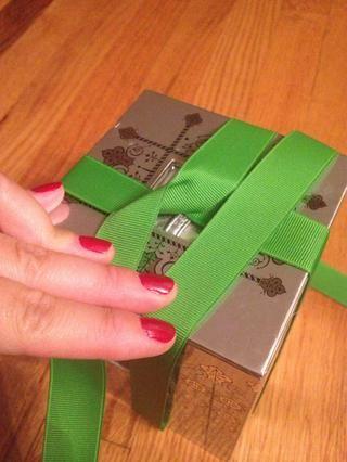 Envuelva el extremo de la cola de la cinta alrededor de la caja, una vez más y esto es ahora lo que la parte superior de la caja debe recibir.