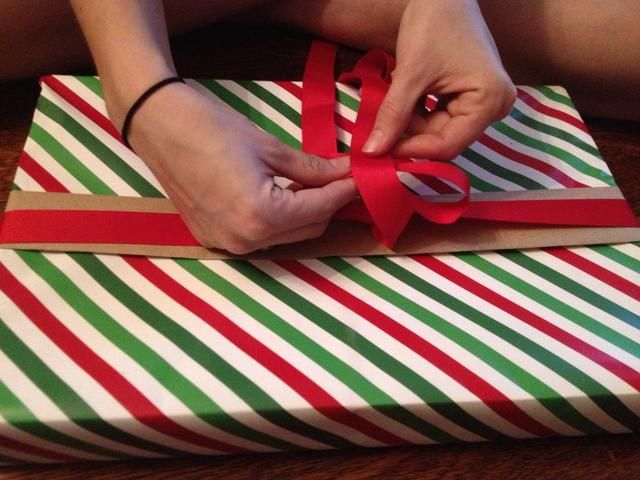 Doble el lazo sobre. Tome el otro extremo de la cinta y se envuelve OVER su bucle. Tire de ella a través como una corbata normal,