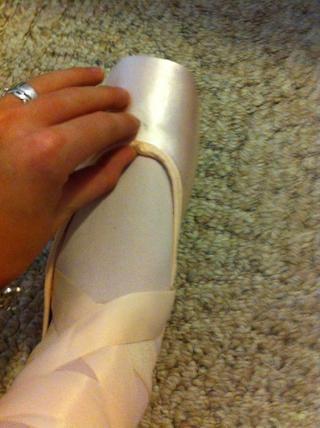 Meta los cordones en su zapato, si están en la parte lateral o frontal como la mía. Asegúrese de difundirlas a cabo por lo que don't bunch up, come out, or hurt.