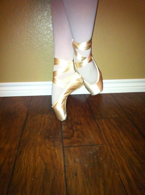 Cómo atar sus zapatos de Pointe
