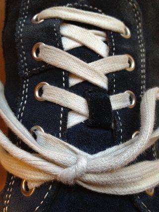 Los cordones deben establecer paralelos entre sí. Y debe seguir ligado todo el día!