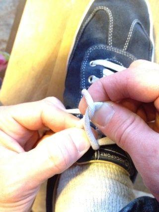 Tire de los bucles a través mientras sujeta firmemente con los dedos meñiques.