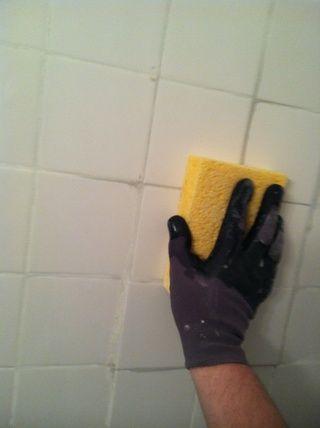 Ligeramente arrastrar esponja sobre la superficie de los azulejos, lavar el exceso de lechada a menudo.