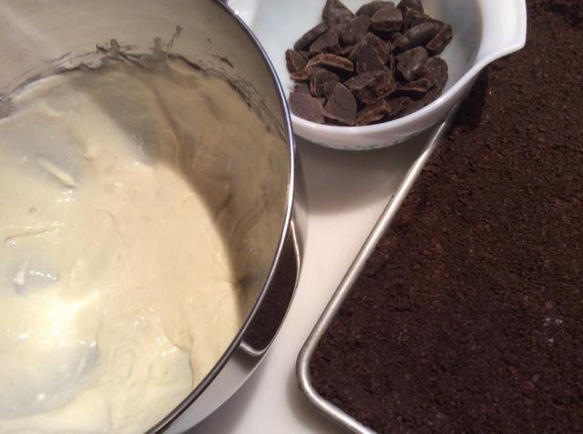 La mezcla de queso crema, mentas delgadas tajadas y pan con migas de corteza.