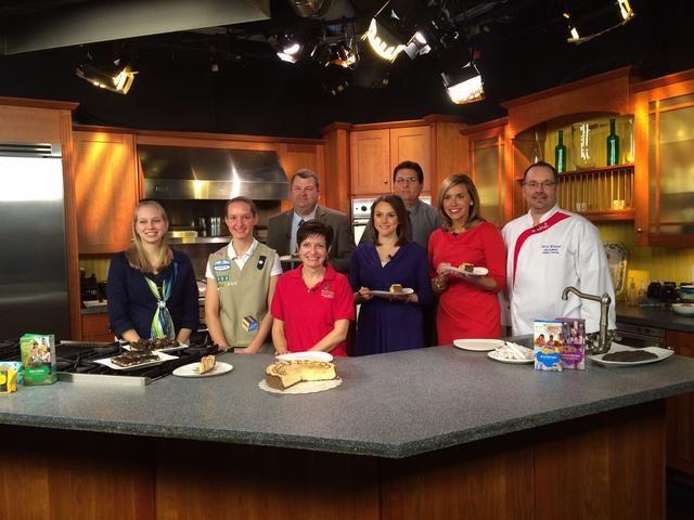 En la foto a la derecha, en el set de WFMZ TV. Hacer trufas de mantequilla de maní con galletas de Girl Scouts. Enlace de vídeo http://wfmz.com/lifestyle/food/sunrise-chef-girl-scout-cookie-crunch/31006540