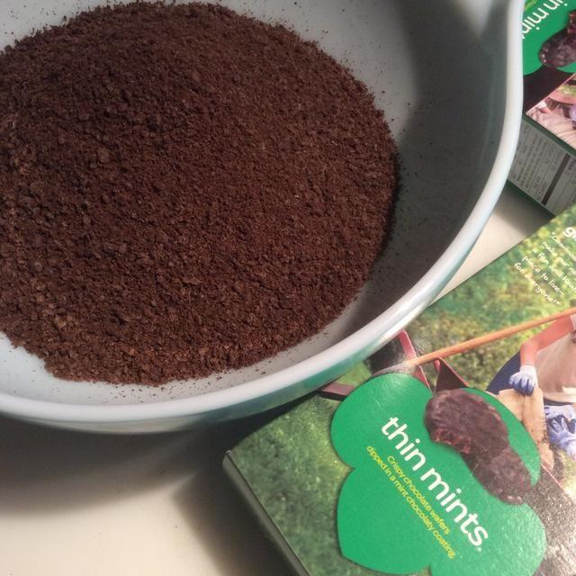 Añadir todas las cookies de tierra para la mantequilla en un recipiente grande.