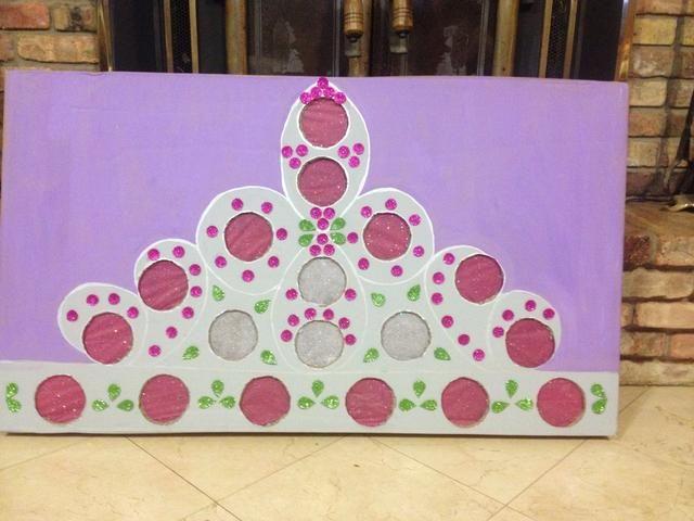 Cartón enfrentar a pequeñas chucherías y dulces fue colocado en los círculos de tejidos y vasos estaban pegados a la parte posterior celebración de los premios pequeños en su lugar. Se añadieron pequeños círculos y lágrimas para la decoración.