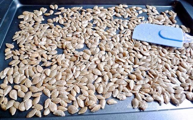 Luego extendió las semillas de calabaza en una bandeja para hornear en una sola capa.