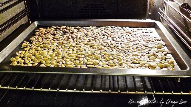 Hornee las semillas de calabaza en el horno precalentado durante 50 - 55 minutos, revolviendo ocasionalmente.