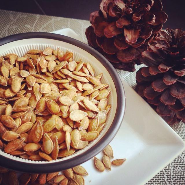 Estas crujientes tostadas semillas de calabaza hacen una deliciosa caída tan saludable snack.For más detalles por favor acceda http://huangkitchen.com/crispy-toasted-pumpkin-seeds.