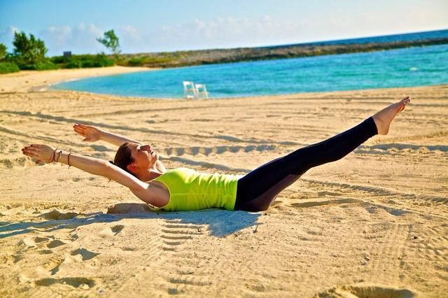 V-UPS PARTE I: Esta forma de V-Ups son grandes para los nuevos en este ejercicio y aquellos que están tratando de tonificar los abdominales. Comience el que se establecen en el suelo con las piernas y los brazos extendidos hacia afuera.