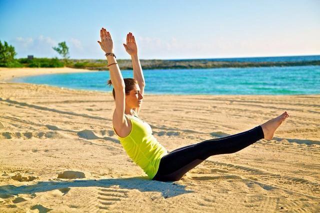 V-UPS PARTE II: levantar simultáneamente los brazos y las piernas hacia la línea central de su cuerpo, y luego bajar hacia abajo para que sus manos y pies están algunas pulgadas del piso.