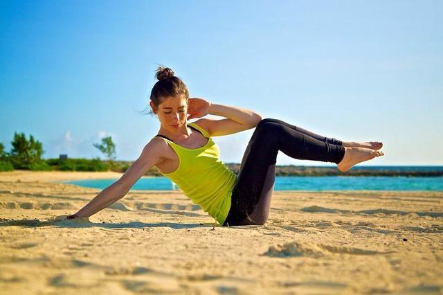 EXTENDIDO lado de la pierna CRUNCH PARTE II: Contrae los abdominales como si se tratara de una crisis, con lo que sus piernas hacia arriba y hacia el pecho. El brazo derecho debe estar allí para mantener el equilibrio. Completa por 1 minuto por cada lado