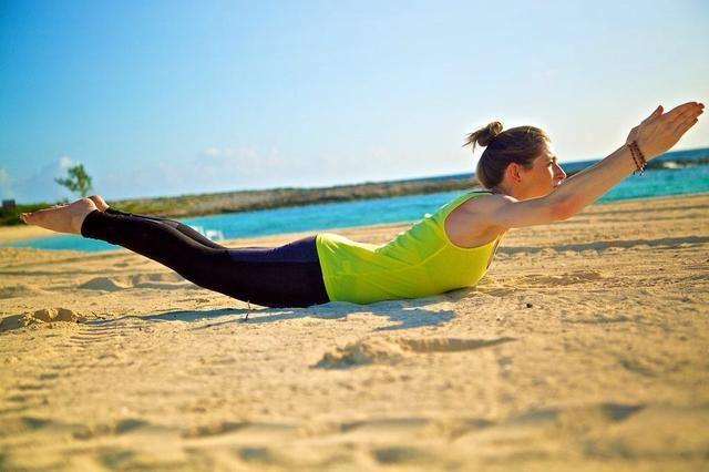 SUPERMAN / BANANA PARTE I: Una buena sesión de ejercicios ab también trabajaré la espalda. Coloque en el piso y levantar las piernas y los brazos de la tierra. Mantenga esta posición durante treinta segundos, luego gire a plátano.