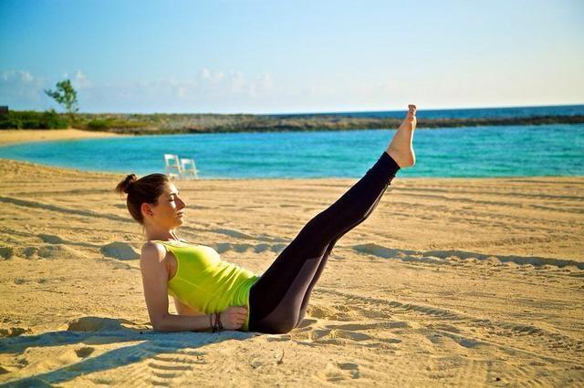 PALAS PARTE I: Palas son grandes para los abdominales inferiores y los muslos internos. Siéntate en el suelo con las piernas estiradas hacia fuera y los antebrazos en el suelo apoyando la espalda. Comience por levantar las piernas hacia arriba
