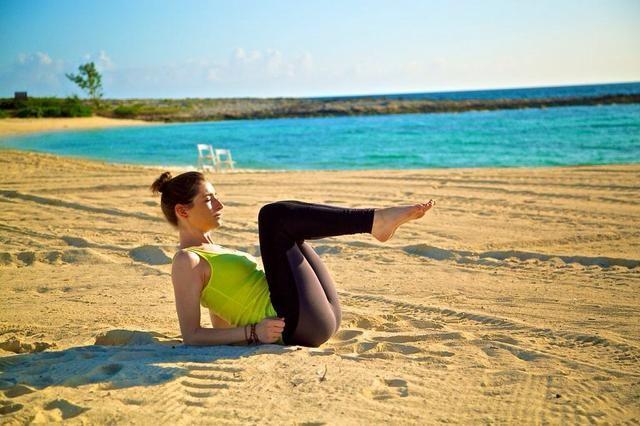 PALAS PARTE II: Lentamente meter las piernas hacia el pecho contrayendo los abdominales.