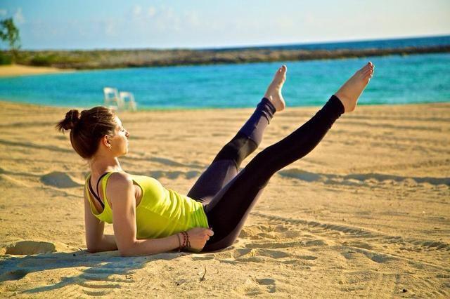 TIJERA PIERNAS PARTE I: Consiga en la misma posición que Palas, apoyada en los antebrazos con las piernas del suelo. Comience extendiendo las piernas hacia fuera en un