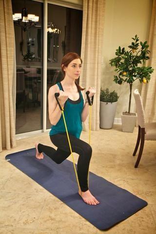 Lunge Fila Parte II: Estocada hacia atrás con el pie izquierdo. Asegúrese de no extender la rodilla derecha más allá de los dedos de los pies. Doble los codos y de elevación se ajusta hacia los hombros. Regresar a inicio y alternativo después de 1 minuto