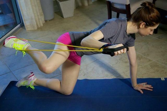 Lado Extensiones Parte I: Amo estos !! Comience con cuatro patas en el suelo, las rodillas debajo de las caderas y los brazos bajo los hombros. Envuelva la banda alrededor del pie derecho con los extremos en la mano derecha.