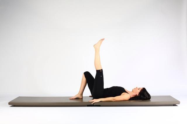 1.Single LEG LIFT CADERA RODILLA EXTENDED- partir del lugar patas traseras distancia de las caderas que levante aparte y luego un pie fuera del tatami. Enderezar la rodilla alcanza el pie hasta el techo. Trate de comenzar en una columna en posición neutral.