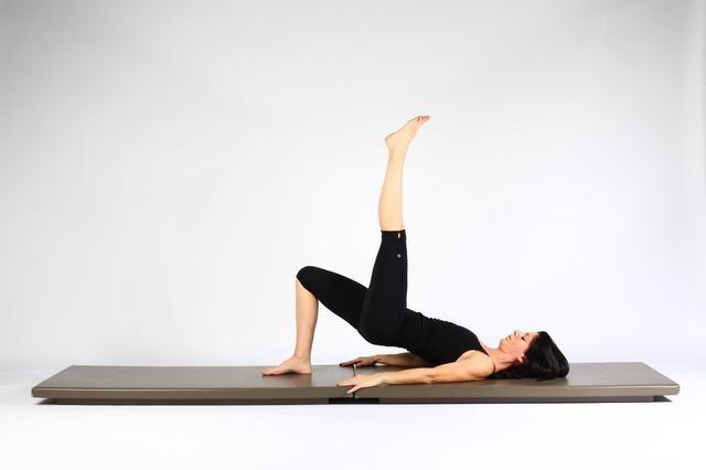 2. SOLA PIERNA LIFT CADERA RODILLA EXTENDED- Empuje en el pie de apoyo y ascensor caderas hacia arriba. Mantenga la pierna y el pie por encima de la cadera y tratar de mantener el nivel de las caderas. Caderas más bajas y un ascensor. Repetir 10-15 veces ..