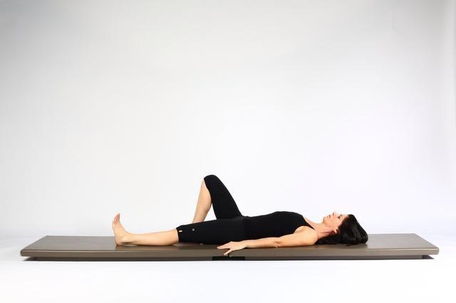 1. HIP LIFT CON PIERNA KICK. Comience en la parte posterior de una pierna de largo en paralelo piso y con energía. Rodilla doblada de frente.