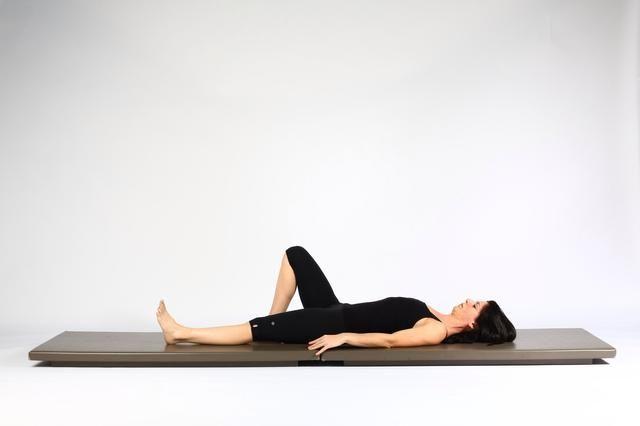 3. HIP LIFT CON PIERNA KICK. Simultáneamente caderas más bajas y la pierna hasta el piso. Trate de llevar las caderas hacia abajo al mismo tiempo. Repetir 10-15 veces.