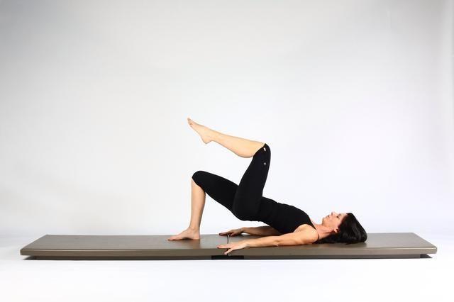 3. PUENTE DEL HOMBRO DE ELEVACIÓN Y LOWER- Empuje en el pie de apoyo y ascensor caderas hacia arriba. Mantenga la pierna y el pie por encima de la cadera y tratar de mantener el nivel de las caderas. .