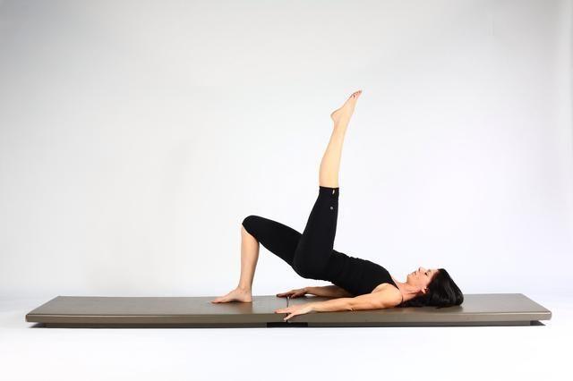 4. HOMBRO PUENTE DE ELEVACIÓN Y LOWER- Ampliar la mesa pierna para el pie está directamente encima de la cadera. Trate de mantener el nivel de las caderas.