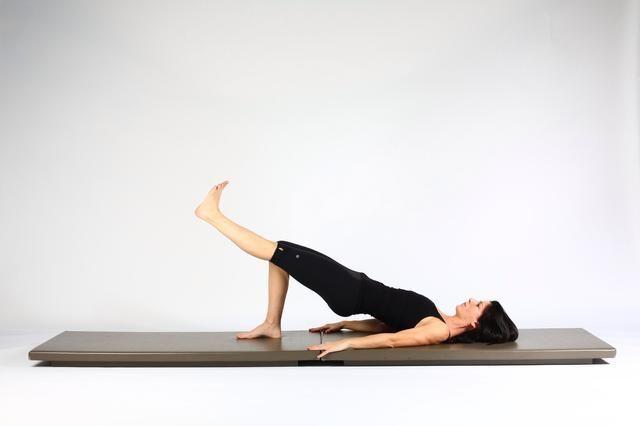 5. HOMBRO PUENTE DE ELEVACIÓN Y LOWER- Engage los glúteos y los isquiotibiales y bajar la pierna libre en línea con el muslo derecho. Trate de no mojar la cadera izquierda inferior a la derecha.