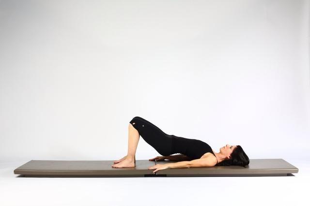 3. HIP LIFT - caderas y pelvis inferior hasta la mitad para colchoneta. Trate de mantener el empuje de los pies tan fuerte en la bajada de la pelvis cuando como cuando eres y elevación.