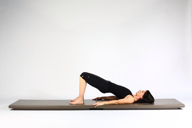 4. HIP LIFT - Usar los glúteos y levantar la pelvis hacia arriba.