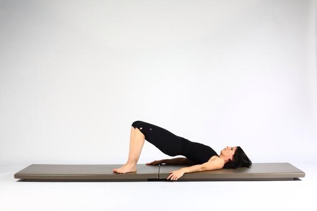 1. HIP LIFT CON Machos RODILLA pies Place y las rodillas juntas y ascensor caderas creando una columna en posición neutral. (Una línea de largo desde los hombros hasta las rodillas).