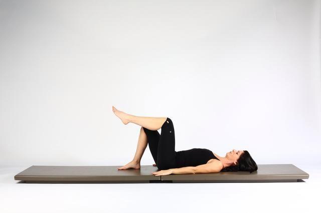 1. SOLA PIERNA LIFT HIP rodilla flexionada - A partir del lugar patas traseras distancia de las caderas que levante aparte y luego un pie fuera de la lona para que la superficie de la mesa de la pierna.