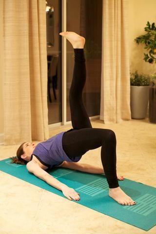 Extended Puente Pierna Pose: se recuesta boca arriba con los pies apoyados en el suelo. Meta los hombros bajo y levantar el torso del suelo. Levante la pierna extendida en el aire, manteniendo las caderas rectas. Sostenga 1 minuto por lado