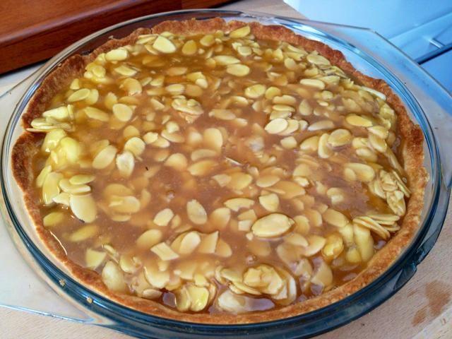 Cubrir las manzanas con la masa tosca. Cocer en el horno durante otros 15 minutos.