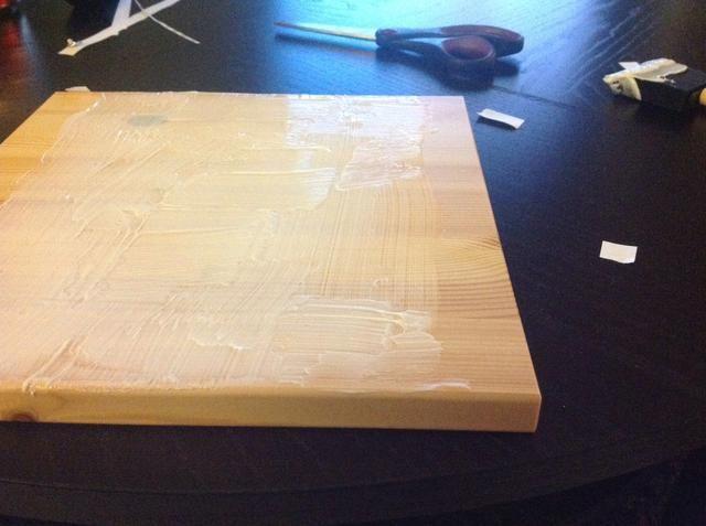 Aplique el medio de gel acrílico para la madera con el cepillo de espuma. Es necesario aplicar suficiente para garantizar la foto transferirá, no tanto de que será gloopy, pero lo suficiente para que se pegará.