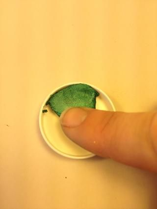Pulse en el nuevo envase con un dedo limpio o con la herramienta. Esto es fácil con frescos, pintura suave! (Si su pintura es viejo y seco, ver mi otra guía sobre cómo rehidratar ella.)