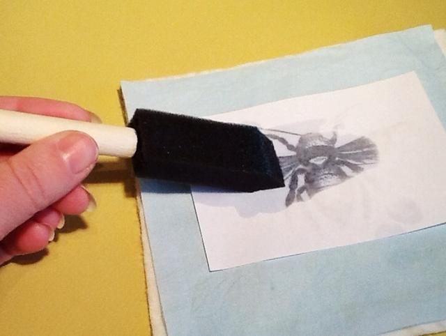 Coloque la imagen boca abajo en la superficie deseada. Humedezca el cepillo de espuma con Citrasolv (un poco va un largo camino!), Y frotar el cepillo en la parte posterior de la imagen, teniendo cuidado de no cambiar el papel.