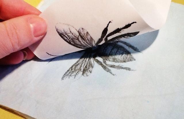 Levante una esquina de su papel impreso a pico y ver si la imagen está transfiriendo. Si ISN't, let go of the corner and resume burnishing. If it has transferred, remove and discard the paper.