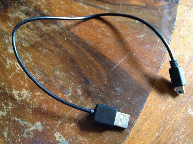 También necesitará el cable USB que viene con la cámara