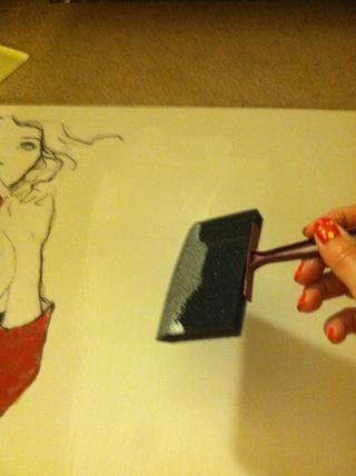 Pinte una capa de Mod Podge y obras de arte posición. Suavizar todas las arrugas cuidado.