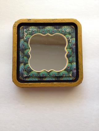 Desde las esquinas de la mirada del espejo a través de muy ligeramente, aplique un poco Stickles en Platino alrededor de los bordes de la etiqueta y el espejo.