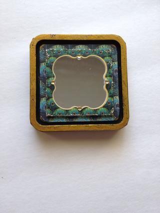 Por último, añadir algunos pequeños cristales de su espejo. Dejar de lado la base de la almohadilla de tinta y localice su tapa.
