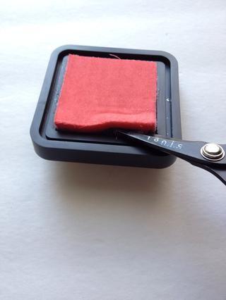 Utilice unas tijeras o un cuchillo para extraer la almohadilla de tinta de su base. Puede tomar varios minutos.