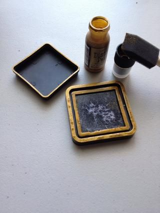 Tome un pincel y un poco de pintura Distress Tim Holtz en Latón Bronce y cubrir los bordes del cojín de tinta como se muestra.