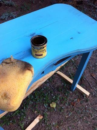 Ahora sumergir muy ligeramente una esponja o trapo en un poco de mancha de madera y lo frota en los lugares u lijada y alrededor de los bordes de los muebles y en grietas u podría ver ... entonces límpielo ..