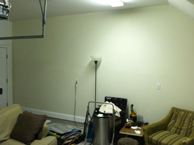 Aplique la pintura al rodillo y rodillo sobre la pared en zigzag, nunca en línea recta. Una vez que el trabajo de laminación se hace, utilizar un pincel para pintar con precisión las partes que no eran't covered by the roller.