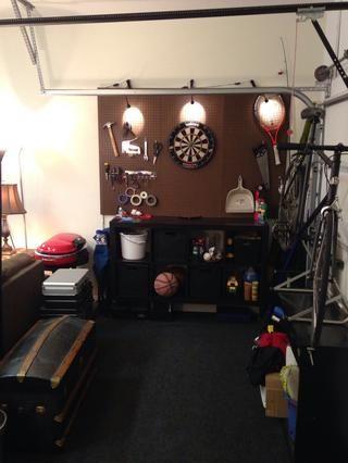 Usé cinta de doble cara para adherir la alfombra para el piso de concreto del garaje. me decidí a utilizar estos 8 pies de espacio como área de trabajo y sala de barro. Usé un armario de Ikea como un banco de trabajo.